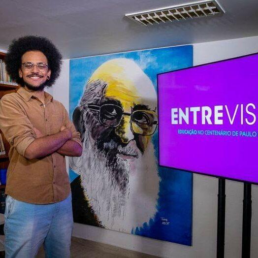 O ex-participante do BBB, João Pedrosa, apresenta a nova temporada do programa Entrevista, no Canal Futura - Foto: Divulgação